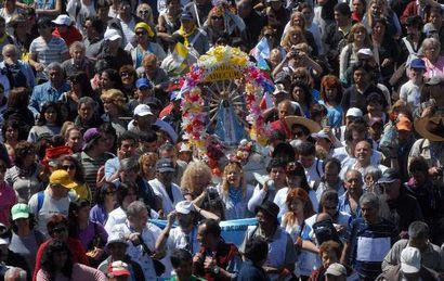 Miles de personas participan de la peregrinación a Luján.