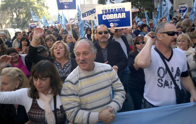 Juan Monserrat dijo que UEPC evaluará aceptar las paritarias semestrales.