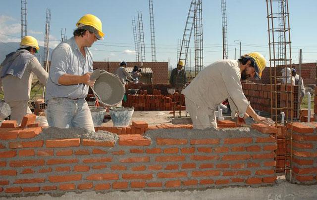 Los empresarios se comprometen a la ejecución en un año de 100.000 viviendas.