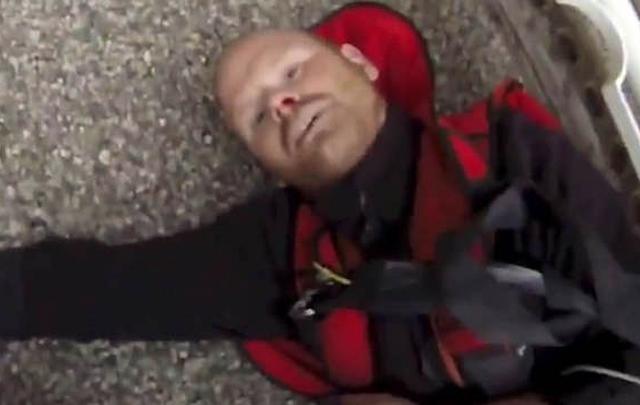 VIDEO: Paracaídista juega con la muerte