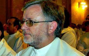 El padre Torres instó a la juventud a evitar las drogas.
