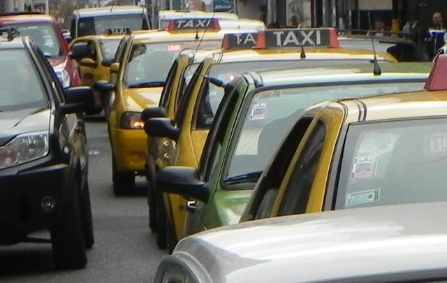 Otro aumento afecta a los usuarios de taxis y remises (Foto: Archivo)