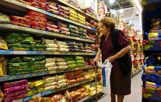 Advierten que deben seguir de cerca los aumentos de ingresos y la inflación.