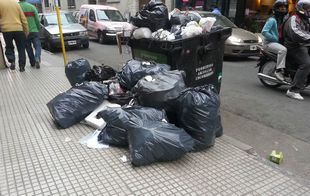 La protesta provoca que se acumule la basura.