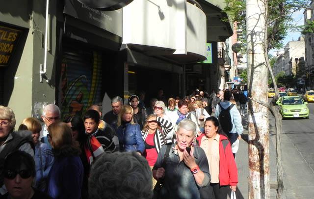 Una multitud hizo fila desde anoche por las localidades.