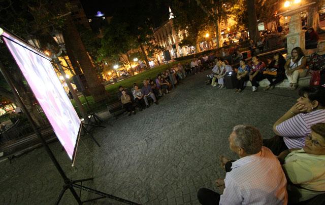 La gente se reunió en torno de una pantalla en la Plaza San Martín.