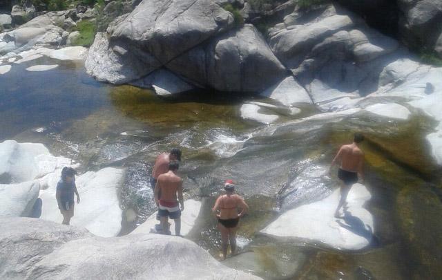 La gente disfruta de las hoyas naturales.