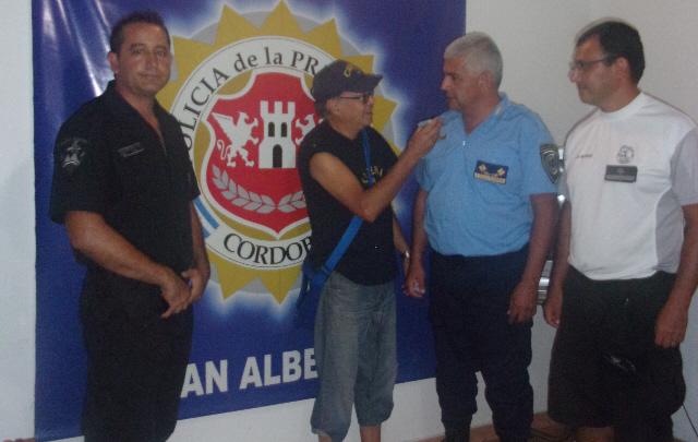 El sargento Pereyra, el comisario Cáceres y el subcomisario Reinoso, con Orlando.