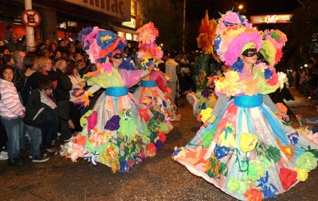 Color y música característicos de los carnavales de Mina Clavero.