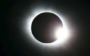 Este fenómeno ocurre cuando la Luna se interpone entre el Sol y la Tierra.