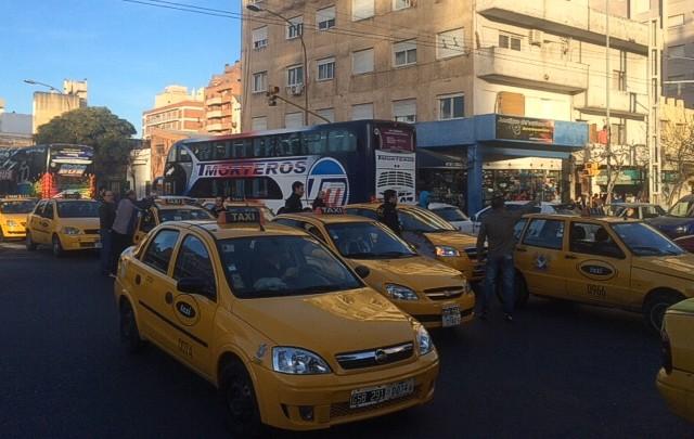 Los taxistas se oponen a que los remis tengan paradas.