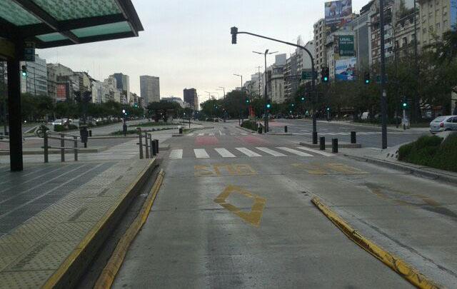 El Metrobús vacío y la 9 de Julio sin tráfico.