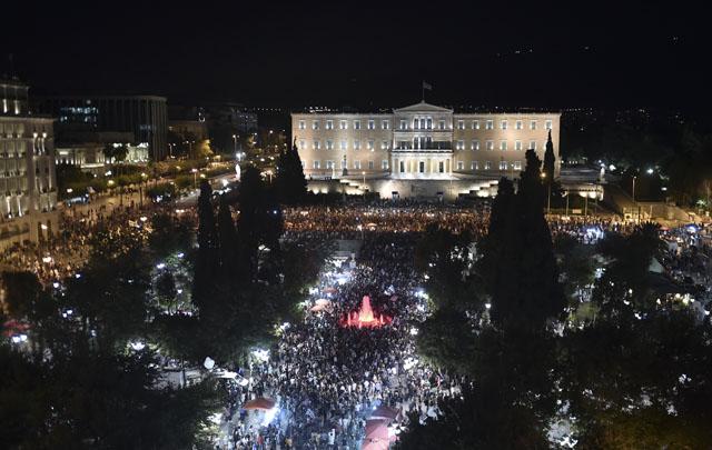 Una muchedumbre llenó el centro de Atenas, celebrando la victoria del No.