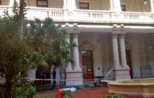 El joven se arrojó desde un segundo piso hacia el patio interno de Casa de Gobierno.