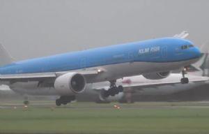Un avión descontrolado logra aterrizar en medio de una tormenta.