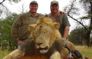A la izquierda, el norteamericano que mató a Cecil, en otra cacería.