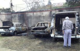 Las llamas consumieron por completo a los tres vehículos.
