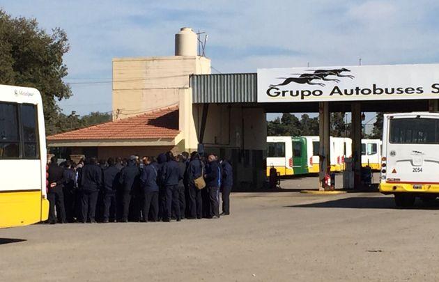 Choferes analizan si levantan el paro tras la reunión con la Policía.