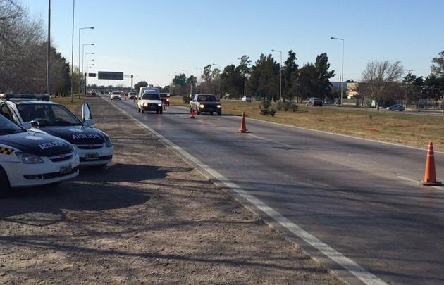 Piden a los automovilistas reducir la velocidad al advertir la tirada de conos.