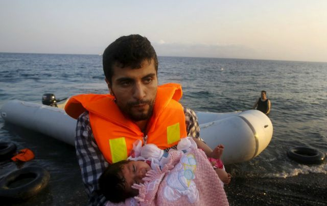 La pequeña Malak llegó en brazos de su padre.