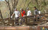El momento en que era retirado el cuerpo de la joven en el Cerro de la Cruz.