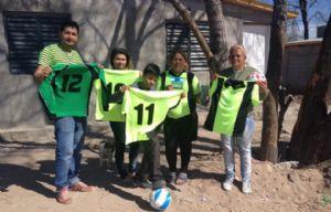 Pity junto a los vecinos de Villa Urquiza recibieron las donaciones de Cadena 3.