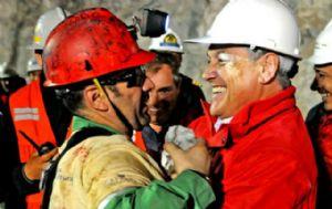 Mario Sepúlveda recibido por el presidente Piñeira al ser rescatado.