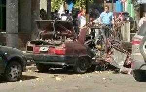 El Renault 9 quedó destruido por la explosión.