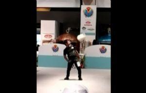 Pablo Gil, hace malabares con las pizzas.