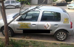 El hombre operaba en su auto donde tenía múltiples adhesivos de promoción.