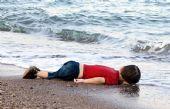 Tras el naufragio de dos embarcaciones, el cuerpo del niño llegó a la costa turca.