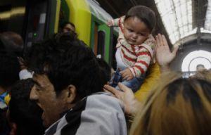 Migrantes de varios países entran en un tren con dirección a la frontera húngara.