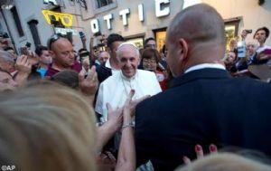 La gente se amontonó en la calle para saludar al Pontífice (Foto: AP).