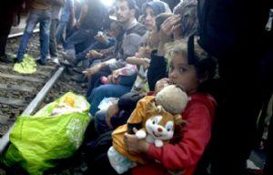 Inmigrantes esperan en una estación de tren en Budapest.