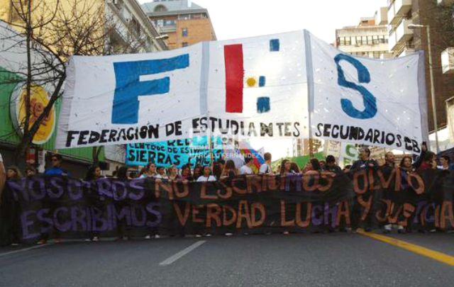 Multitudinaria marcha de estudiantes por calles de Córdoba (@MarceAFernandez).