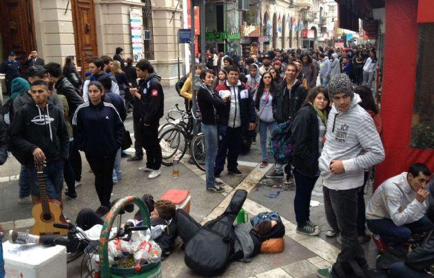 Fanáticos esperando para comprar entradas, entre música y amigos.