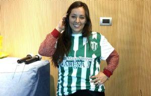 Lucía González posa con la camiseta de Bella Vista.