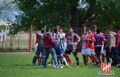 Los jugadores de Instituto y Talleres se enfrentaron (Foto gentileza de Leonardo Rea)