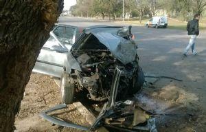 El auto con el frente destrozado terminó con una de sus ruedas sobre el cordón.