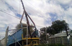 La grúa tocó los cables de media tensión y los trabajadores recibieron la descarga.