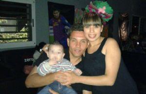 Adrián Brunori con su bebé y su mujer (Foto: Facebook).