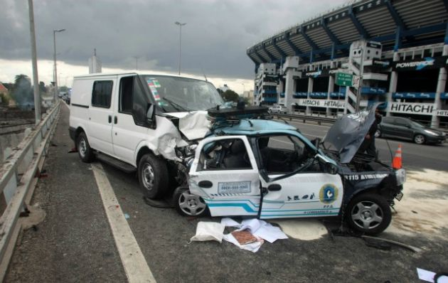La camioneta impectó contra una hilera de cinco patrulleros.