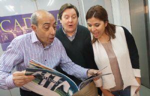 Mario, Carlos y Geo cuando recibieron la revista de Talleres