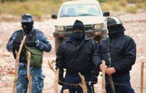 Unos 50 policías custodian el acceso al yacimiento.