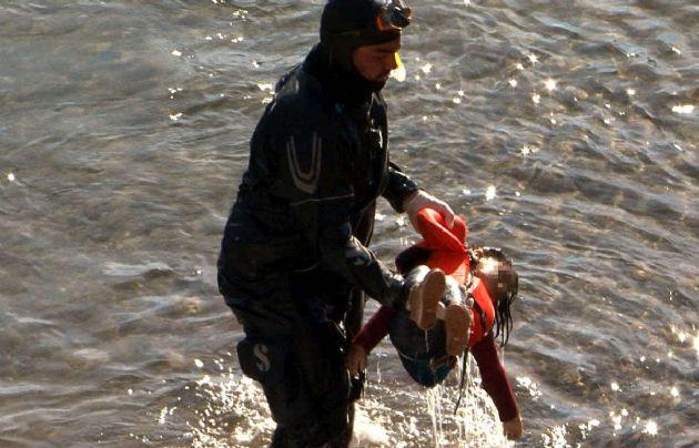El momento en que el buzo saca el cuerpo de la menor del agua.