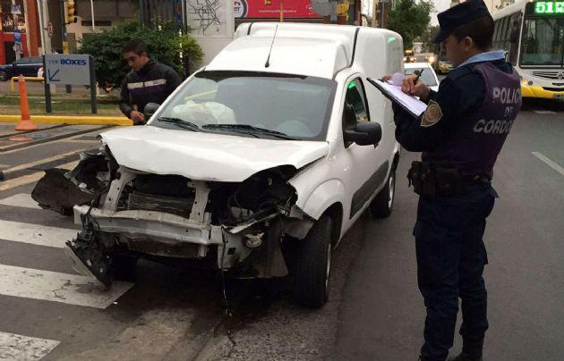 El Fiat Fiorino fue embestido por el conductor del 206, que huyó del lugar.