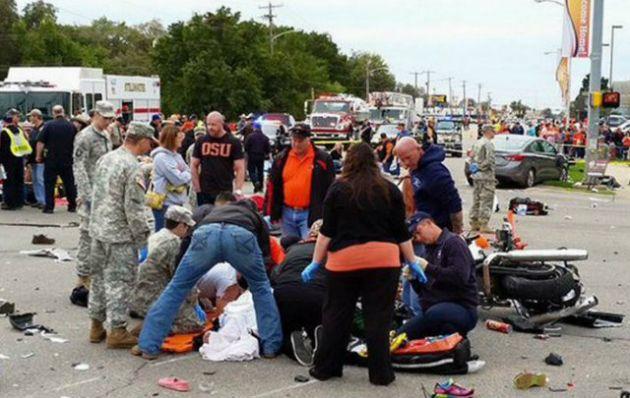 Una mujer atropelló a una multitud en Oklahoma y causo tres muertes.