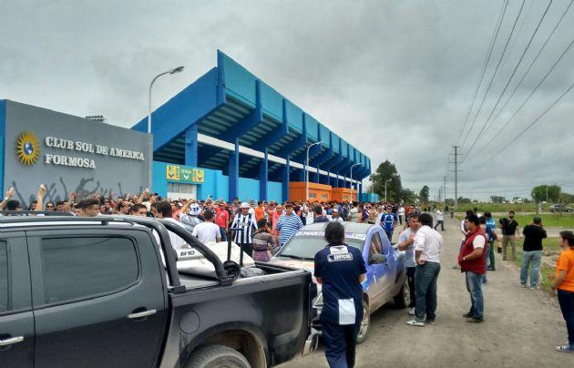 Hinchas de Talleres entran al estadio.