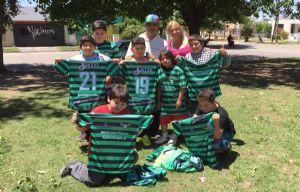 Los chicos de barrio Don Bosco, felices con las nuevas camisetas.