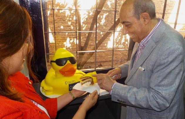 Mario reparte la torta del Pato Solidario